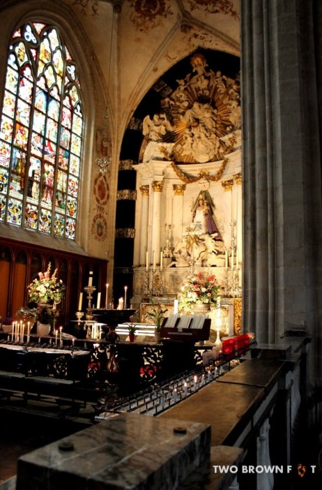 A secondary altar with the statue of Mary.