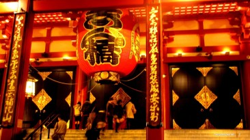 The giant red lantern at Senso-ji Temple